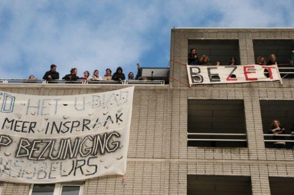Het bezette bestuursgebouw te Utrecht (foto Anaïs Nedermeijer)